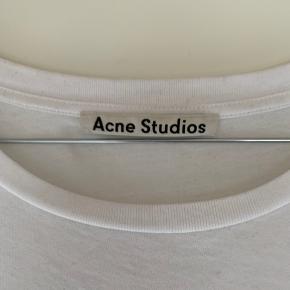 Sælger denne næsten ubrugte Acne Studios tee, da den ikke bliver brugt. Super fed basic tee, i hvid. Lækker kvalitet og et must have i sin kollektion af basic tøj. Går godt til alt.  Købt in-store i STOY.  Fitter som en Large  Skriv pb for flere billeder.