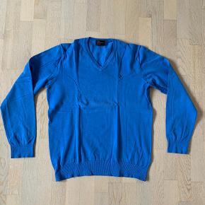 Peak Performance herre strik bluse med v-hals str. XL. Style Alex. 80% bomuld + 20% polyamid. Kun brugt få gange, så den er som næsten ny. Kan sendes for 39 kr.