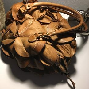 Den fineste taske, købt i Spanien. Tasken er af ægte læder/skind og er i meget fin stand. Tasken er af mærket Genuine Leather (made in italy). Sælger den kun da jeg har set anden taske jeg gerne vil have😊