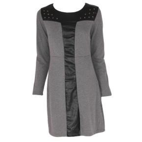 Kjolen er grå som vist på første billede Læderdetaljer + nitter