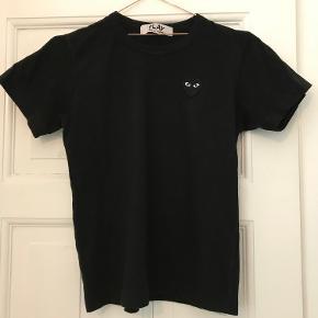 Comme des garçons, sort t shirt m. sort hjertelogo, meget små i strl. bruger normalt small/medium, men large passer mig. Ny pris 1100kr