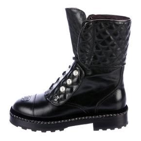 Fantastiske sorte Combat Boots fra Chanel, med lækker velourkant og tynd kæde omkring foden, samt perler ved lukningen. Kun brugt få gange! Ingen kvittering længere, men i super flot og original stand.  Nypris 12.000.
