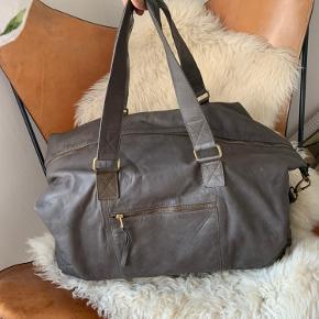 Smuk grå læder weekendtaske fra selected femme. Tasken har en lækker patina 😍 Der er en enkelt eller to pletter på tasken, men det er ikke noget man ser så meget(se billede i kommentarfeltet) Nypris 1500kr Sælges for 500kr