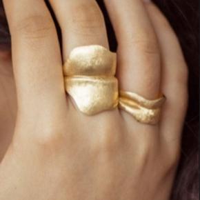 Smuk Ole lynggaard ring ( leaves ) 🍃  Stor bred blad ring i 18 karat guld 🍃  Str. 57  brugt få gange ❤️