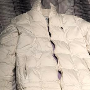 Fin lacoste jakke i råhvid. Er en lille plet på ærmet men er sikker på en rensning vil fjerne det. Kan sende foto af dette.