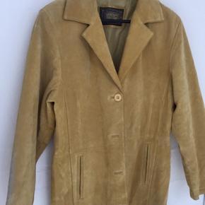 En fin ruskind jakke fra Gallucci, den er slidt ved bunden og maget lidt ved ærmerne.