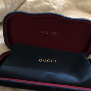 Sælger mine smykke solbriller fra Gucci. De er brugt en gang siden købet og har ellers befundet sig i skabet.  Nyprisen var €310. Muligt at mødes og få varen tilsendt - dog med gebyr på købers regning.
