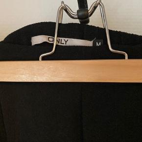 Sorte suitbukser med elastik i kanten. Løse syninger ved begge bukseben, fejler ellers intet✨