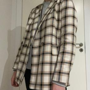 Smuk ternet blazer fra H&M Kan bruges som overgangsjakke eller andet Brugt få gange omkring 4 gange ca.  str. er 42 men svare til en M/L