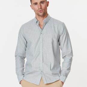 Sælger denne lækre skjorte fra det populære danske mode brand, Les Deux. Aldrig brugt, med prismærke.   Nypris: 900,-