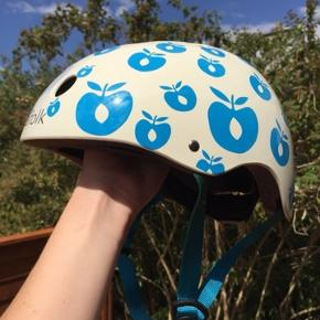 Fed cykelhjelm fra Småfolk   Str. 58-61 cm.   Brugt få gange - er desværre blevet lidt misfarvet på den ene strop efter at have hængt i vores cykelskur. Det er dog kun kosmetisk og har ingen funktionel betydning  Sender gerne - ellers afhentning i Viborg V.