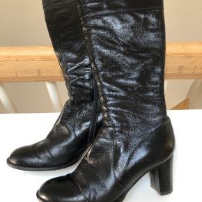 Rigtig flotte støvler. Sælges til en superpris på  300kr. Fødselsdags pris idag nu 250kr