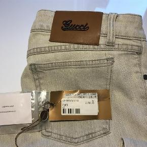 Varetype: bukser Farve: Lys blå Oprindelig købspris: 2700 kr. Prisen angivet er inklusiv forsendelse.  Aldrig været brugt. Købt i Gucci Kbh.