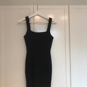 Sort stram kjole fra ASOS med tykke stropper  Aldrig brugt    Mængderabat
