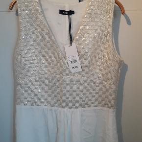 Så fin kjole i silke. Kan evt. bruges som studenterkjole. Nypris 1000,-
