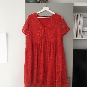Helt ny kjole, har kun haft den med på ferie, hvor den blev brugt en gang 🌻