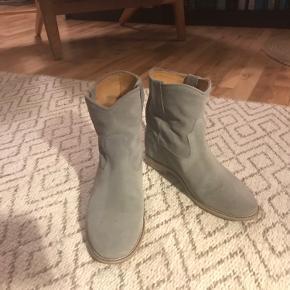 Lækre støvler med indvendig kilehæl. Kun brugt få gange.