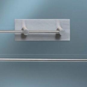 Super fin køkkenrulleholder fra Arne Jacobsen - Vola i tidsløs design. Kan også bruges som toiletrulleholder til 2 ruller ad gangen.  Har maling på bagsiden, som ikke er forsøgt fjernet. Står i flot stand og alle dele medfølger. Kan afhentes i Nørresundby eller sendes for købers regning.