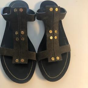Fine, behagelige sandaler fra Tom Ford, i smuk grøn nuance og gode materialer. Rigtig god stand.