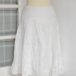 Lækker nederdel fra Zara i 2 lag. Yderste lag i smukt  blonde-broderet bomuld. Inderste lag i rayon. Nederdelen har et helt specielt snit på hoften.   Livvidde: 39 cm x 2 Længde: 62 cm  Ingen byt og prisen er fast
