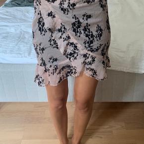 Blomstret nederdel fra Asos, aldrig brugt. Kan afhentes i indre by lige ved Magasin, hvis den skal sendes, så send en privat besked.