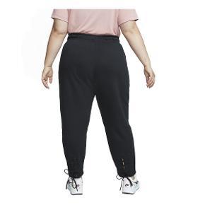 Helt ensfarvet sweatpants fra Nike med elastik og snørre i livet.  Style: CJ7277-010 Farve: Sort 80% Bomuld, 20% Polyester A