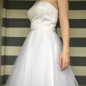 Konfi kjole, der medfølges tynde stropper.