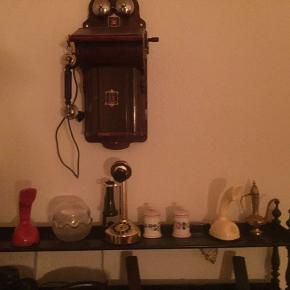 Retro antik væg telefon med hånd sving