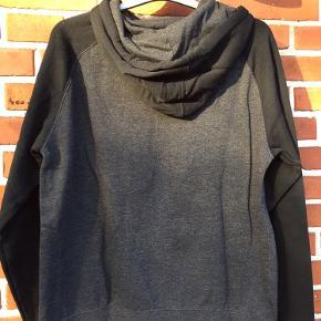 Lækker hættetrøje fra Maverick, str. S. Mål ses på billedet. 35% bomuld, 45% polyester.