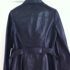 Skindjakke i Cotton-coat snit i sort i str. 36. Nypris:4.495 kr.