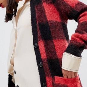 Lang cardigan, mærket: current air str. M Lavet af: 50% acrylic 15% wool 10 % mohair Ny pris: 771,93 kr  Kun brugt 3 gange
