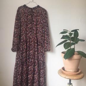 Fin BOII kjole fra sommeren 2018. Nypris: 600 kr.  Længde: 136 cm 100% polyester  https://www.instagram.com/p/BmSwxSnBUhf/ https://www.instagram.com/p/Bj2IkJfh2Vq/
