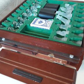 Antik kasse med spilleplader og brikker laver af Krystal. Meget smukt og originalt.
