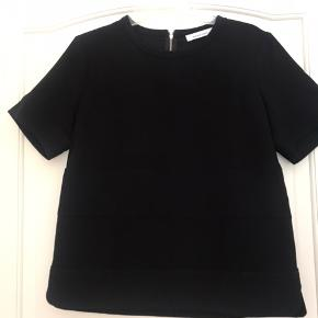 Fin sort bluse med fine detaljer foran og bagpå
