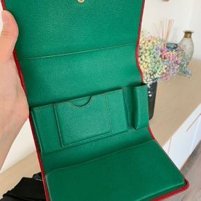Mega flot taske fra Dolce & Gabbana og en perfekt julegave. Næsten som ny. Fejler intet. Dustbag, id card medfølger. Kvitteringen fra net-a-porter er vedhæftet. Bytter ikke!