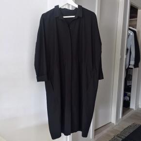 Smuk skjortekjole fra COS. Kan også passes af en 36-38, hvor den vil være fint oversize.