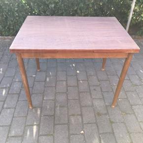 Flot og vedligeholdt teak træ spise bord.  Der er ingen ridser eller skjolder i bordpladen.  Mål før udtræk 1,00x0,75 cm.  Mål med udtræk 2,40x0,75 cm.   Højde 73,5 cm