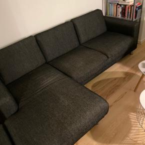 Grå sofa med chaiselong, med sølv ben.  I et af benene er en møtrik gået i stykker så man kan ikke rigtig skrue benet fast, men sofaen står helt stabilt.  Bud er velkomne, den skal sælges hurtigt.   Mål Bred: 233 cm  Chaiselong: 140 cm