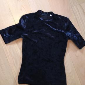 Velour mørkeblå t-shirt Lynlås i nakken  Se også mine andre annoncer