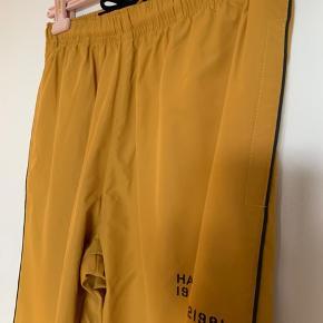 Track pants fra Newline HALO. Sælger også jakke der passer til.   Aldrig brugt.   Nypris: 800 DKK  Mindstepris: 380 DKK (inkl. fragt)