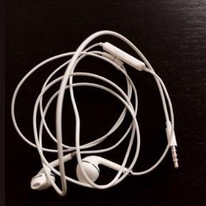 Ubrugte hovedtelefoner med mikrofon. - passer til alle mobiltelefoner med almindelig 3,5mm. Jackstik.  ~ Fast pris plus porto.  Bytter ikke.  Annoncen slettes når solgt, så ingen grund til at spørge om dette.  Useriøse henvendelser frabedes.