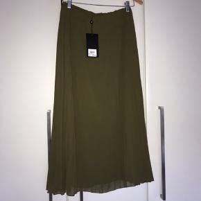 Skøn plisseret nederdel. Helt ny med tags. Købspris 350,-