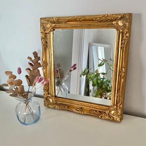 Guldspejl - romantisk vintage spejl med guld - meget velholdt.   33 cm i bredden  37 cm i højden   Bytter ikke :)