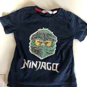 Fin interaktiv t-shirt med Lego ninjago.  Sender ikke ☺️