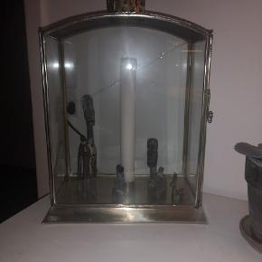 Tine K lanterne sælges billigt da glasset er revnet i den ene side, skal hentes i Greve Der medfølger 2 lys