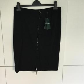 Varetype: Nederdel Størrelse: 10 Farve: Sort  Så fin nederdel, med masser af stræk i stoffet. Har mobilepay. En evt. Køber betaler de 5% til Ts pay