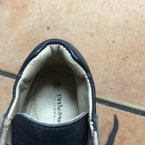 Mørkeblå sko med god støtte, det aldrig kom i brug, fordi jeg fik købt for mange sko.
