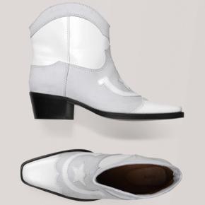 Overvejer at sælge mine seje western boots fra ganni i str 39, da jeg ikke får dem brugt.  De er ikke brugt særlig meget, men da de er hvide, er det meget sarte og har fået et par sorte streger på indersiden ved hælen. Ses dog ikke når man har dem på.  Ved interesse sendes billeder 🌼