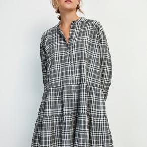 """Sælger denne kjole fra Envii - """"Encrystal LS O-N Dress"""" i grå/hvide tern.   Brugt én gang og ingen tegn på brug overhovedet.  Bytter ikke."""