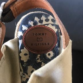 Lækre Tommy Hilfiger sandaler str.37 Har bløde bånd som giver en god støtte så foden ikke glider frem. Hæl højde 10cm  Pris 200kr